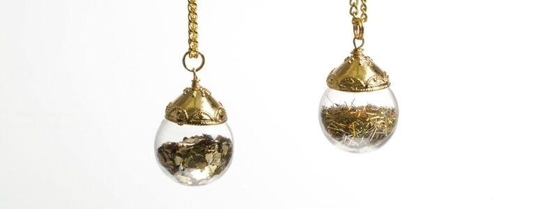 Kette mit Glaskugel und Glitzer Gold