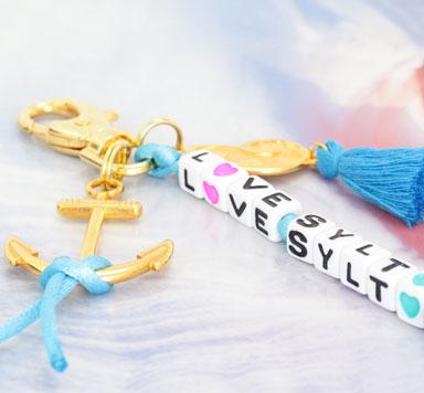 Schmuck und Taschenanhänger mit Buchstabenwürfeln