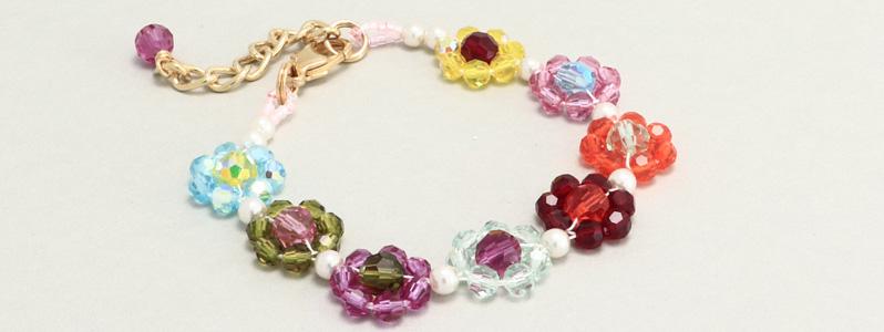 Armband mit gefädelten Blumen mit Perlen von Preciosa