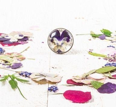 Blütenschmuck mit getrocknete Blumen und Cabochons