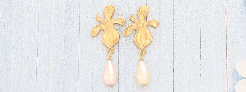 Ohrringe mit Blumen und Nacre Pearls