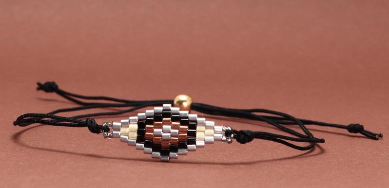 Armband mit handgefädeltem Armbandverbinder Raute aus japanischen Rocailles