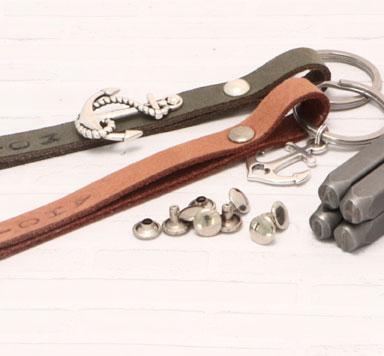 Schlüsselanhänger mit Nieten und geprägten Lederband selber machen