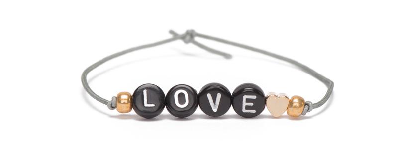 Buchstabenarmband und Gummiband schwarz Love