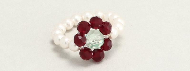 Ring mit gefädelten Blumen mit Perlen von Preciosa