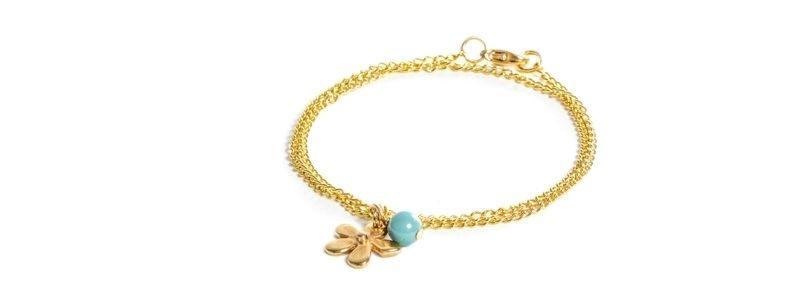 Feine goldene Armbänder Blume