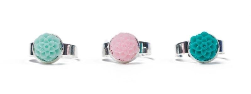 Ringe mit  Blumencabochons Silberfarben