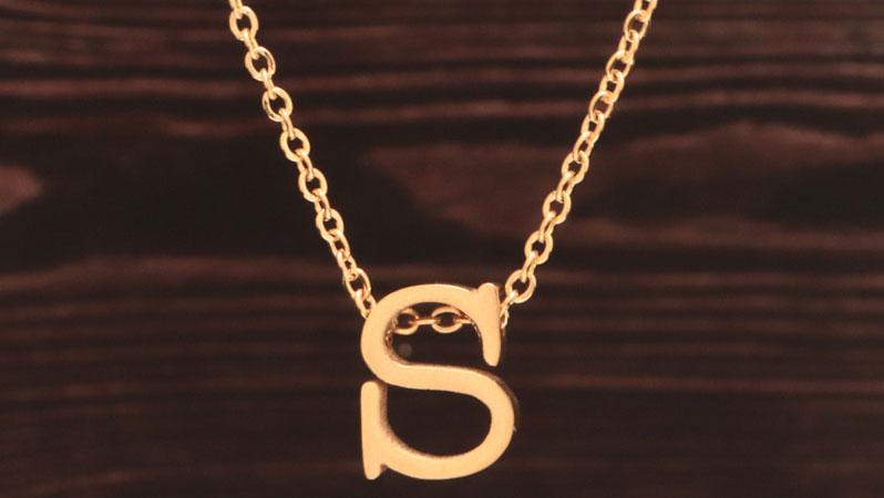 Kette mit Perlen in Buchstabenform Monogramm goldfarben