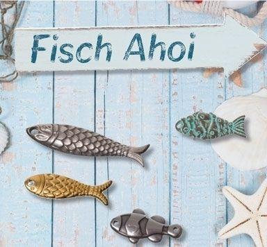 Maritimer Schmuck mit Metallanhängern in Fischform