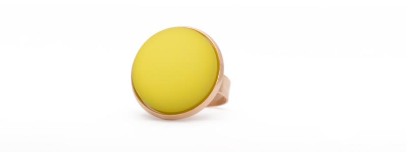 Ring mit Polariscabochon goldfarben