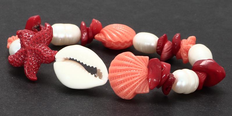 Armband mit Zuchtperlen und Bambuskorallenchips und Resinseestern