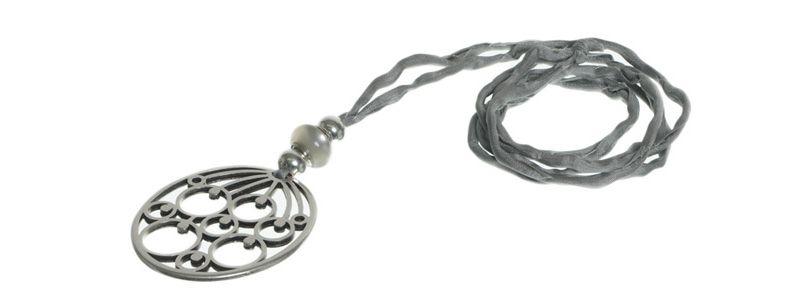 Seidenkette mit Metallanhänger Blume grau