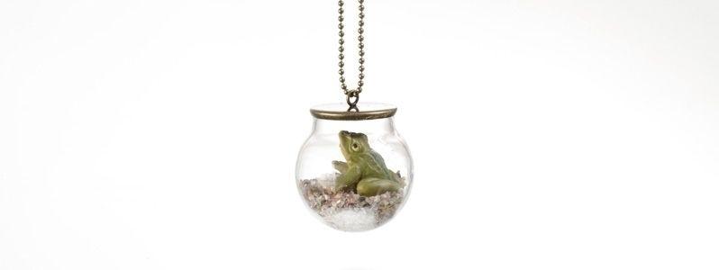 Kette mit Glaskugel und Frosch
