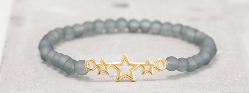 Frostiges Armband mit Glasperlen Sterne grau