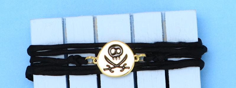 Maritimes Armband mit Seidenband und Piratenflagge vergoldet