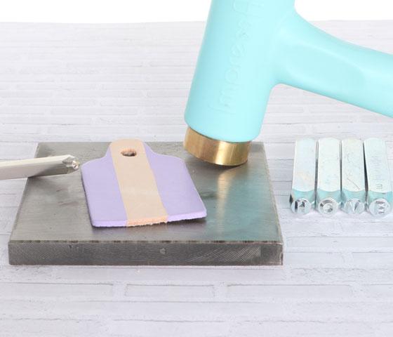 Schlüsselanhänger mit Lederfarbe und Prägestempeln machen Schritt 8