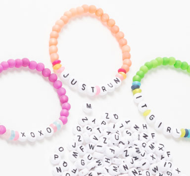 Buchstabenschmuck mit Kunststoffbuchstaben