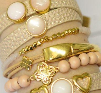 Armbänder zum Farbtrend Primrose pink mit goldenen Schiebeperlen
