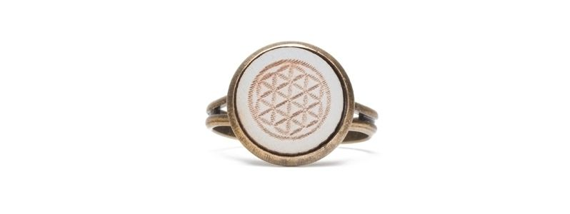 Ring mit Holzcabochon Blume des Lebens