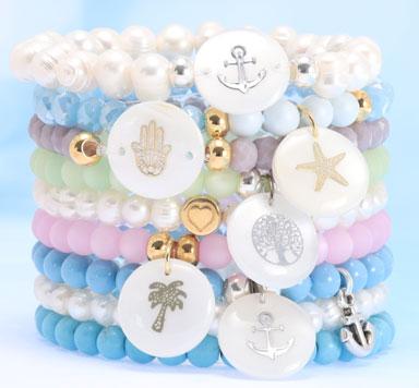 Armbänder mit Zuchtperlen und Perlmuttanhängern