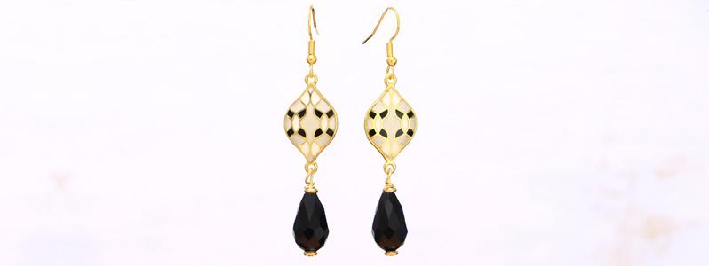 Modern Boho Ohrringe mit emaillierten Metallanhängern und Tropfen Schwarz