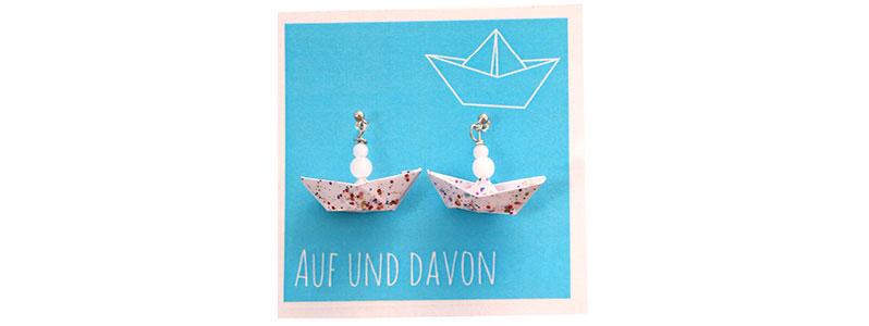 Maritime Ohrringe mit Papierboot und Nagellack