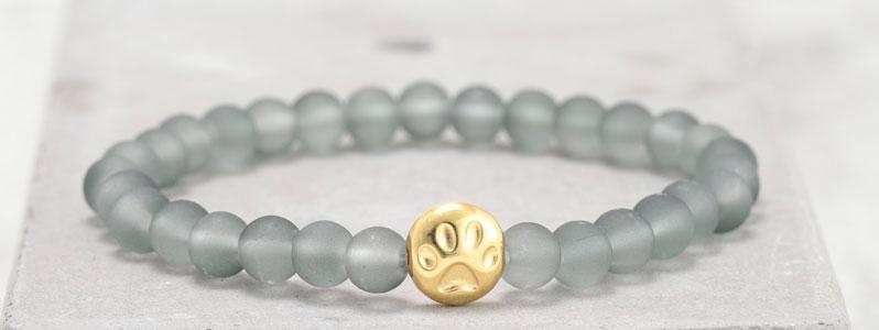 Frostiges Armband mit Glasperlen Pfote