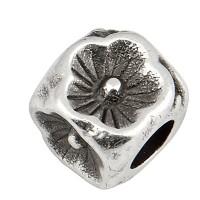 Metallperle Würfel mit Blume, 5 mm, Lochdurchmesser 2,8 mm, versilbert