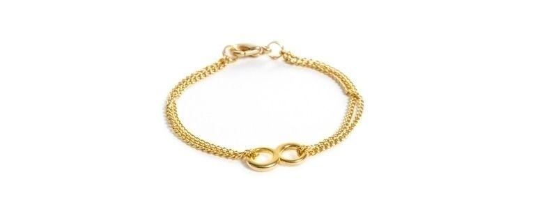 Feine goldene Armbänder Infinity