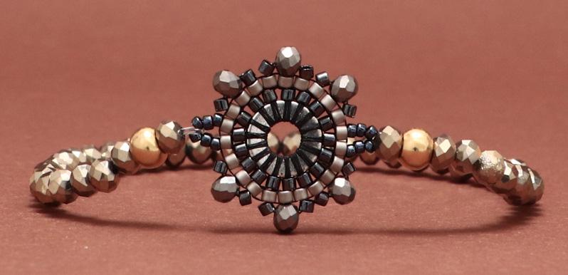 Armband mit handgefädeltem Armbandverbinder Rund aus japanischen Rocailles