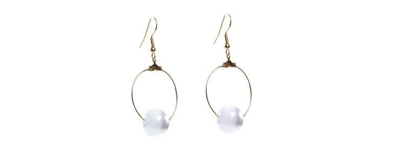 Goldene Ohrringe Weiße Kugeln