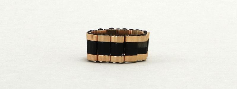 Gefädelter Ring mit Tila und Half-Tila-Perlen Schwarz-Gold
