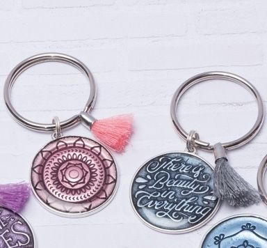 Schlüsselanhänger mit Ethnoanhängern und Troddeln