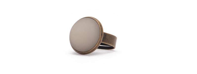 Ring mit Polariscabochon bronzefarben