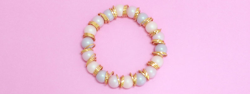 Armband mit Crystal Pearls und goldenen Ringen