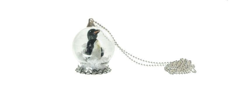 Kette mit Glaskugel und Pinguin
