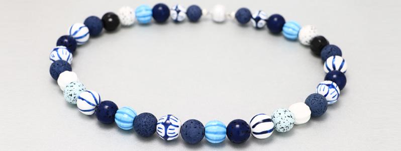 Kette mit Polaris und Porzellanperlen Blau und Weiß