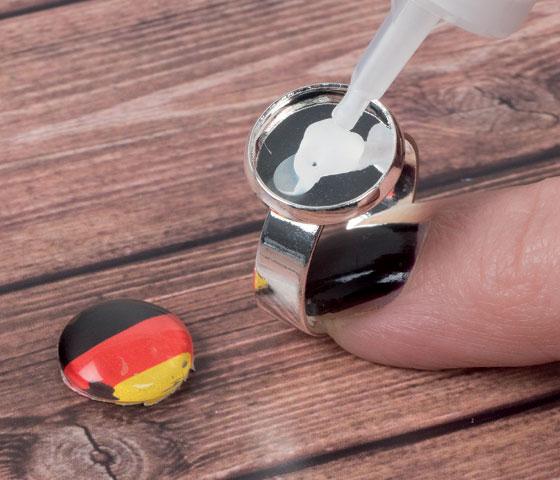 Schwarz-Rot-Golden Fußballschmuck mit Glascabochons selbermachen - Schritt für Schritt erklärt. Schritt 3