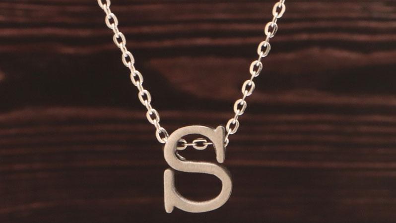 Kette mit Perlen in Buchstabenform Monogramm silberfarben