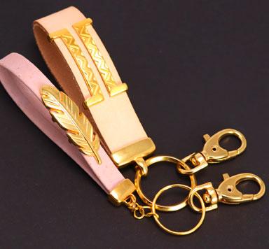 Taschenanhänger mit Lederband selber machen