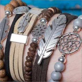 selbstgemachte Ethno-Armbänder