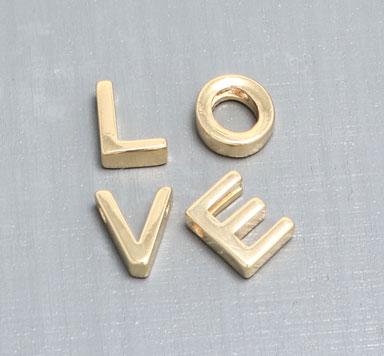 Perlen in Buchstabenform aus Metall