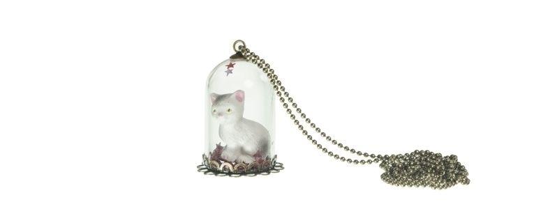 Kette mit Glaskugel und Katze weiß