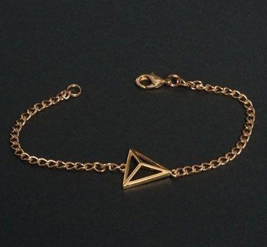 Armband mit geometrischem Anhänger und Gliederkette machen