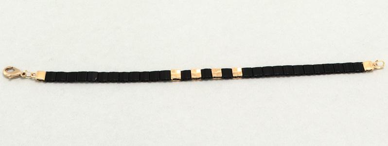 Gefädeltes Armband mit Tila-Perlen Schwarz-Gold
