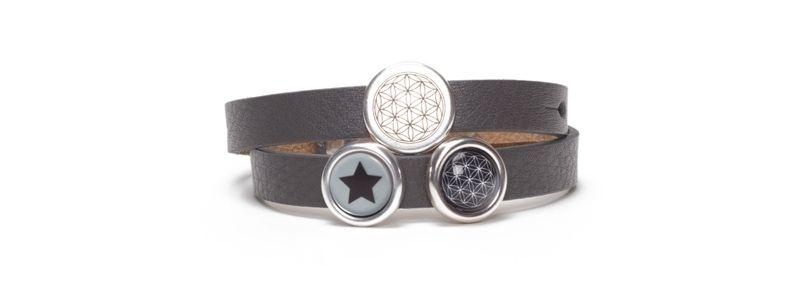 Armband mit bedruckten Cabochons und Slidern Grau