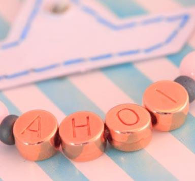 Armbänder mit rosevergoldeten Buchstabenperlen