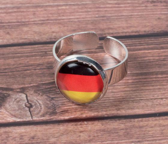 Schwarz-Rot-Golden Fußballschmuck mit Glascabochons selbermachen - Schritt für Schritt erklärt. Schritt 4
