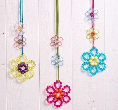 Fensterdeko mit Blumen aus Perlen und Modellierdraht