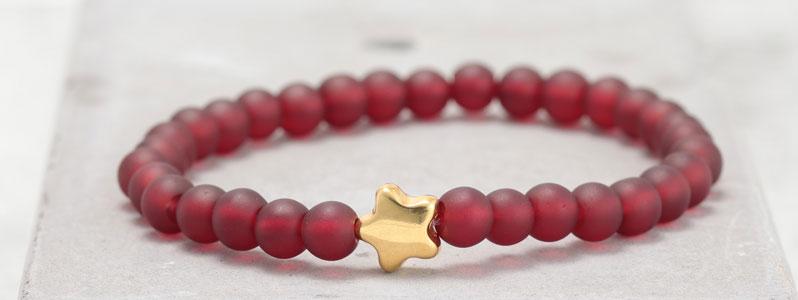 Frostiges Armband mit Glasperlen Stern rot